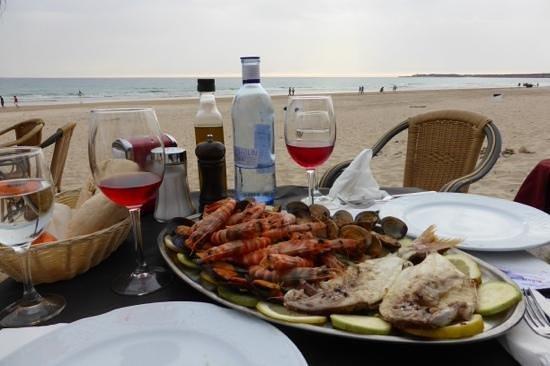 """La Ola Restaurant & Lounge Bar: Fisch-und Meeresfrüchteplatte im """"La Ola"""" am Strand von Conil"""