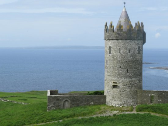 Twin Peaks B&B: Castle in Doolin