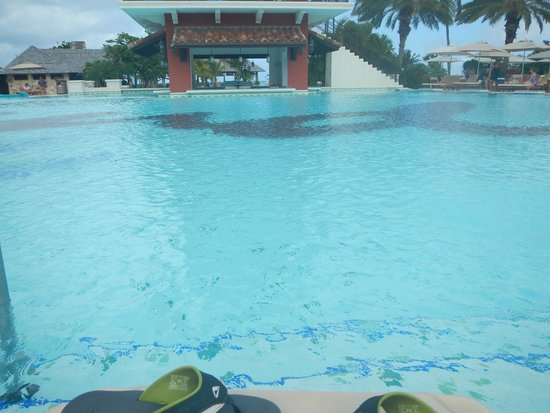 Sandals Grande Antigua Resort & Spa: Early morning you have the entire pool to yourself