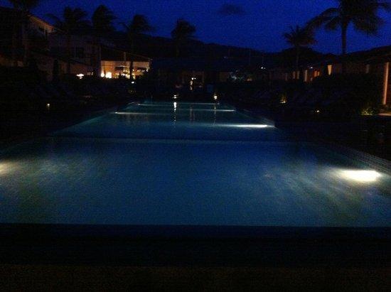 Baan Talay Resort : The pool by night