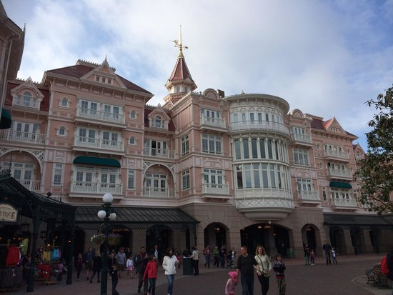 Disneyland Hotel: Hotel and Park entrance.