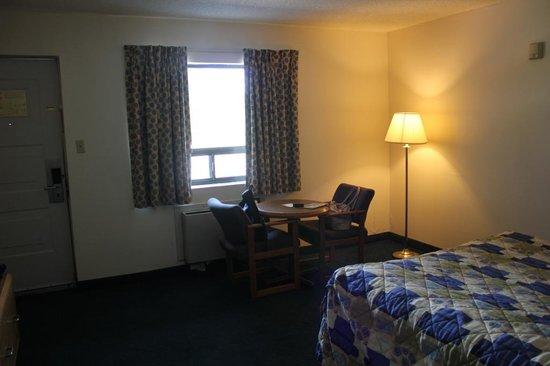 Super 8 Niagara Falls North: Ower room.