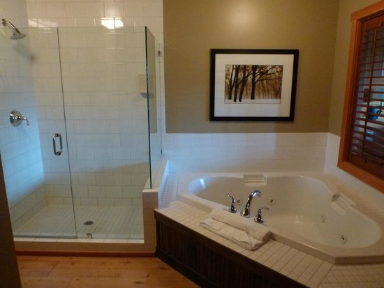Predator Ridge Resort: Big bathroom with jetted soaker tub