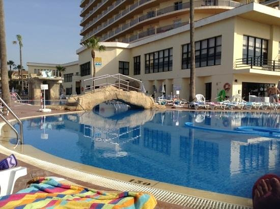 Marconfort Beach Club Hotel: cleaning the pool every morning