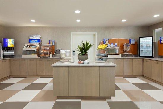 Holiday Inn Express Williamsburg North: Express Start breakfast