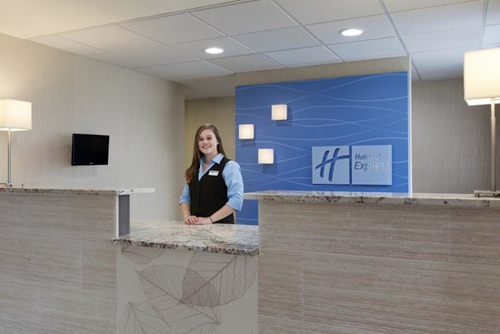 Holiday Inn Express Williamsburg North : Front desk