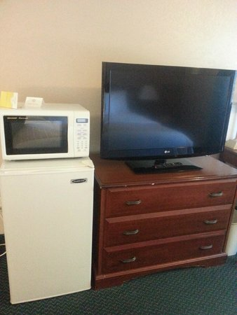 La Quinta Inn Caldwell : fridge, microwave and flat screen tv