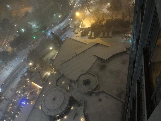 InterContinental Istanbul: Vista do apartamento com neve