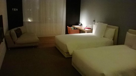 Andaz 5th Avenue: Extra Large View Room Two Twin Beds
