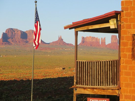 Goulding's Lodge & Campground: The historic part of the lodge looking out at Monument Valley