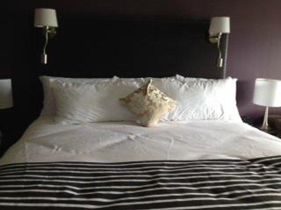 Sandman Signature Kamloops Hotel: King Bed