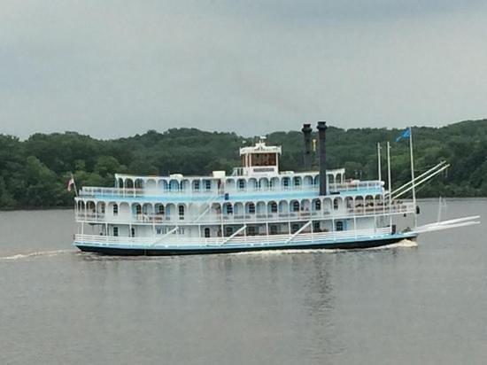 Go Fish Marina Bar & Grill: riverboat passing by Go Fish patio