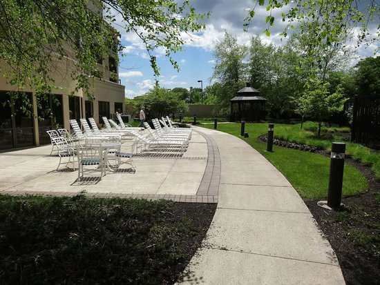 Courtyard by Marriott Middletown: Outdoor patio & gazebo