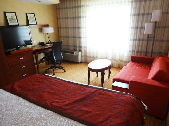 Courtyard by Marriott Middletown: Bedroom, from bed toward window