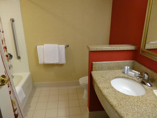Courtyard by Marriott Middletown: Bathroom