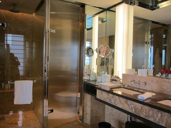 Four Seasons Hotel Hong Kong: The bathroom