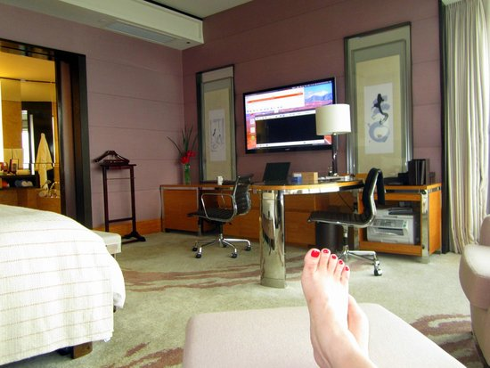 Four Seasons Hotel Hong Kong: Relaxing in the room! ;)