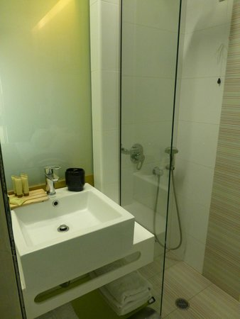 Hotel Victoria: sink and shower