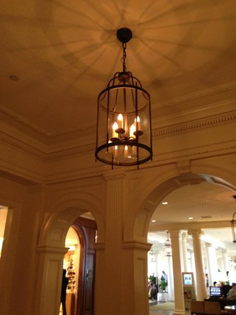 Moana Surfrider, A Westin Resort & Spa: Chandelier in parlor