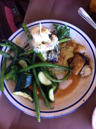 F McLintocks Saloon & Dining: Tunneys special: bacon wrapped fillet with bernaise and 2 shrimp
