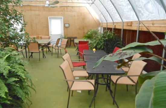 Tanglewood Farms Market & Deli: Garden dining area