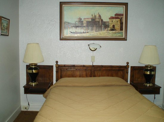 Canfield Hotel: Bed in room 517