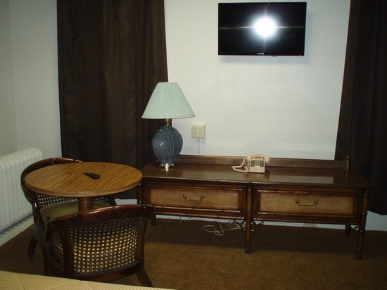 Canfield Hotel : Bedroom bureau and table in Room 517