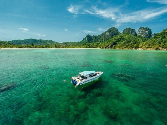 Phuket Snorkeling by  Offspray Leisure: Snorkeling and sightseeing daytrips to Phi Phi