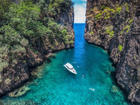 Phuket Snorkeling by  Offspray Leisure : Stunning scenery around Phi Phi