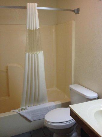 Super 8 Cuba : Bathroom