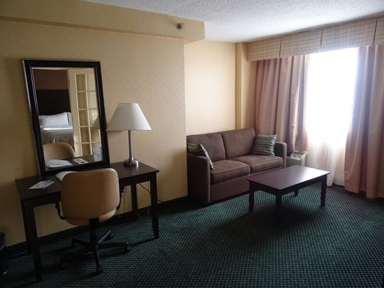 The Holiday Inn Niagara Falls: suite