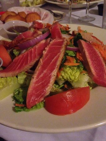 Castaway Waterfront Restaurant & Sushi Bar: blackened tuna house salad