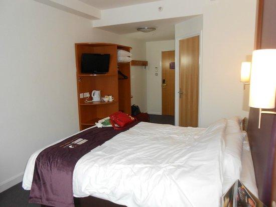 Premier Inn London County Hall Hotel: Habitaciòn - ingreso