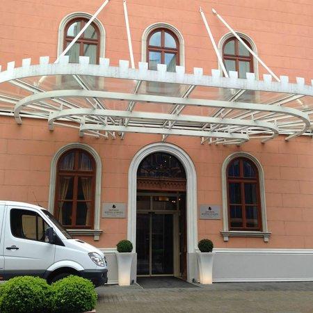 Imperial Riding School Renaissance Vienna Hotel : Entrada al Hotel