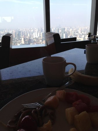 JW Marriott Hotel Shanghai at Tomorrow Square : View during breakfast in the Executive Lounge