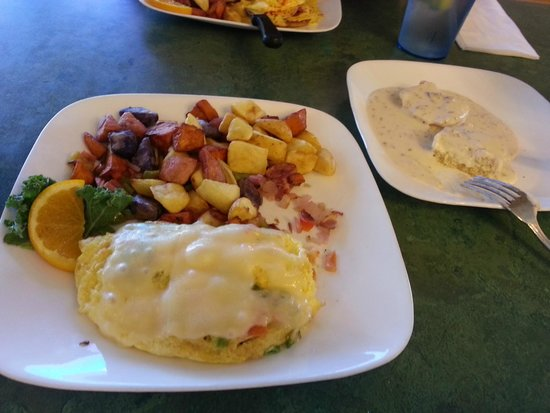 Red Rock Cafe: Omelet, home fires, gravy & biscuits....good food!