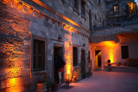 Vineyard Cave Hotel : Yard