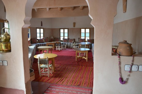 Kasbah Agoulzi : Dining Area with Little Tables and Chairs