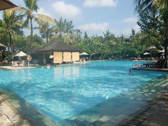 Padma Resort Legian: メインプール。ガラガラ