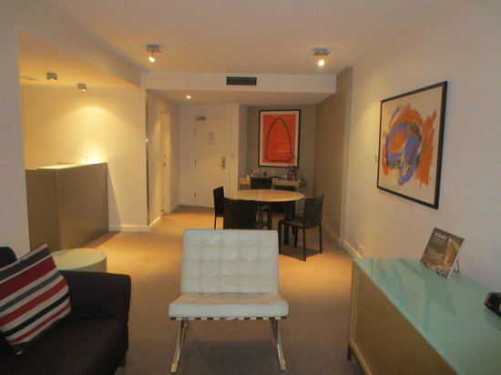 Adina Apartment Hotel Sydney Darling Harbour: Living / dining area