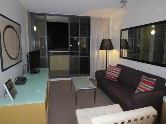 Adina Apartment Hotel Sydney Darling Harbour: Living room area