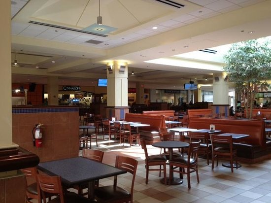 Livingston Mall: Food court inside mall