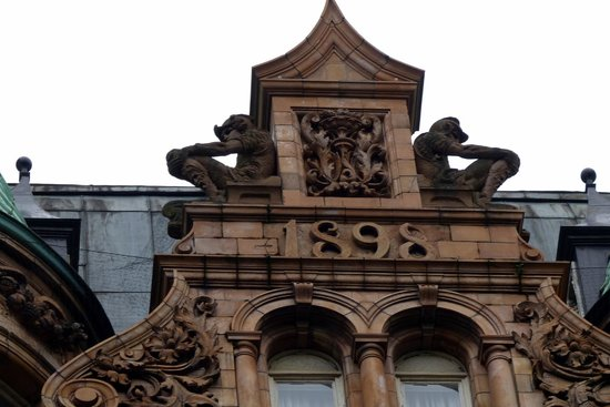 The Principal London : Nice figures atop the Hotel Russell facade