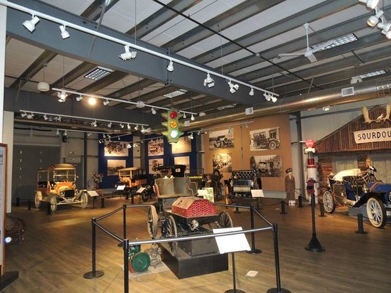 Fountainhead Antique Auto Museum: Notice in the background, the mannequin with the era's dress and the photos on the wall