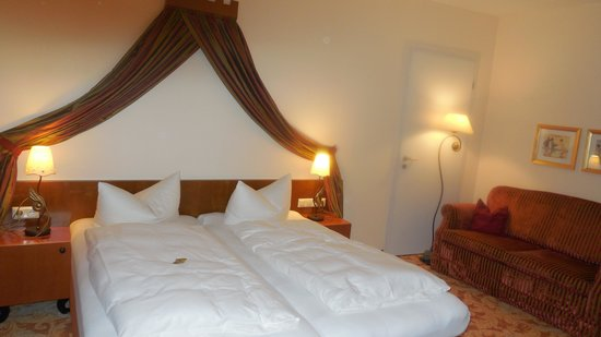 Hotel Burgblick : Comfortable bed and fine room decor