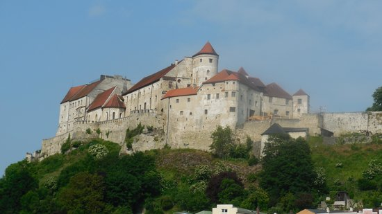Hotel Burgblick : Magnificent view of Burghausen Castle from the first floor of Burgblick Hotel