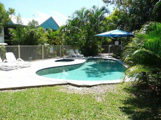 Chez Noosa Resort Motel: lovely grounds pool