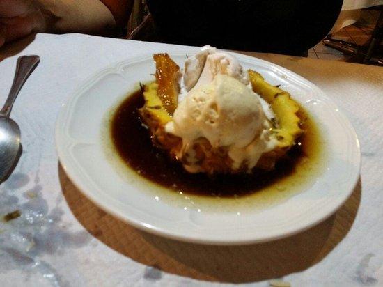 L'Azur Resto: Ananas flambé avec boules de glace