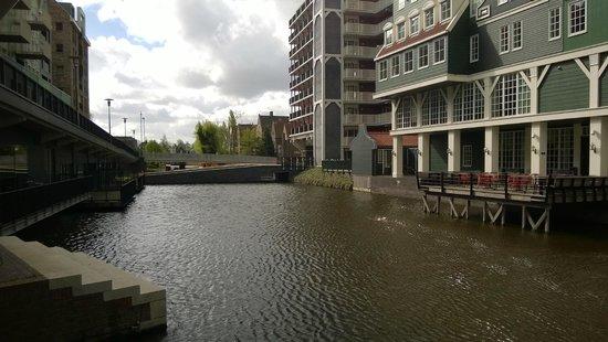 Inntel Hotels Amsterdam Zaandam : Lago artificial do entorno.