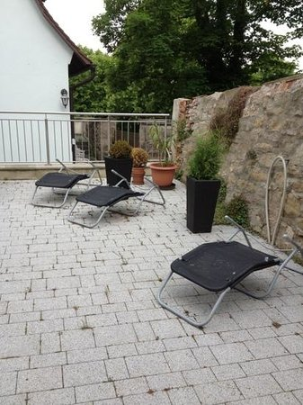 Boutiquehotel Goldene Rose: these chairs are broken and filthy